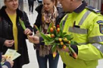 Polițiștii brăileni au întâmpinat doamnele și domnișoarele cu flori de 1 martie