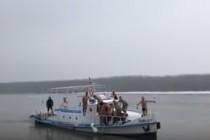 Dimitrie Luca Buricea, 19 ani, a ajuns primul la crucea de Bobotează aruncată în Dunăre