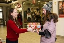 Dar din dar cu tineri voluntari pentru tineri.40 de tineri au strâns peste 6000 lei servind ceai cald și împachetând cadouri de Crăciun, pentru educația altor tineri